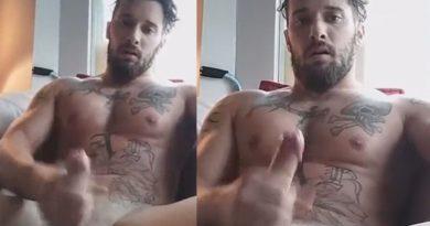 Magia tatuado batendo punheta