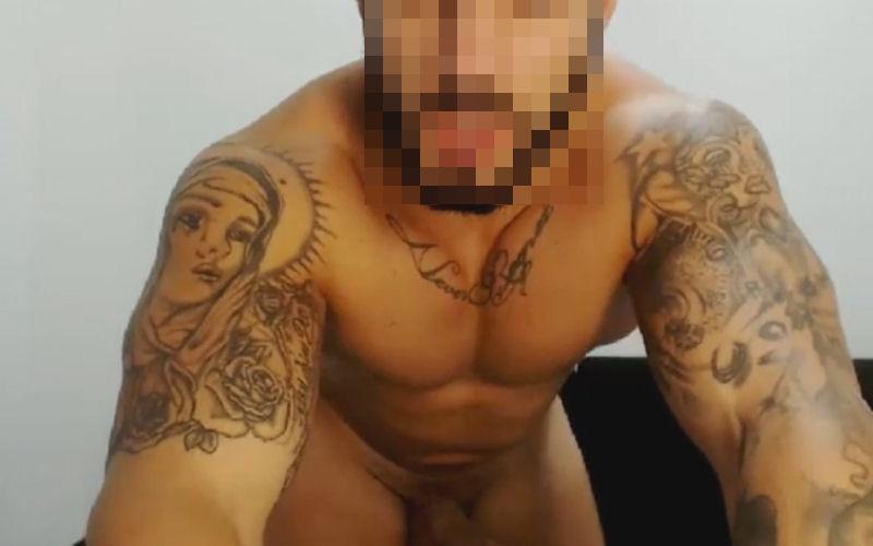 Machão tatuado na webcam