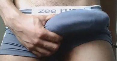 Roludo tira o pau duro da cueca