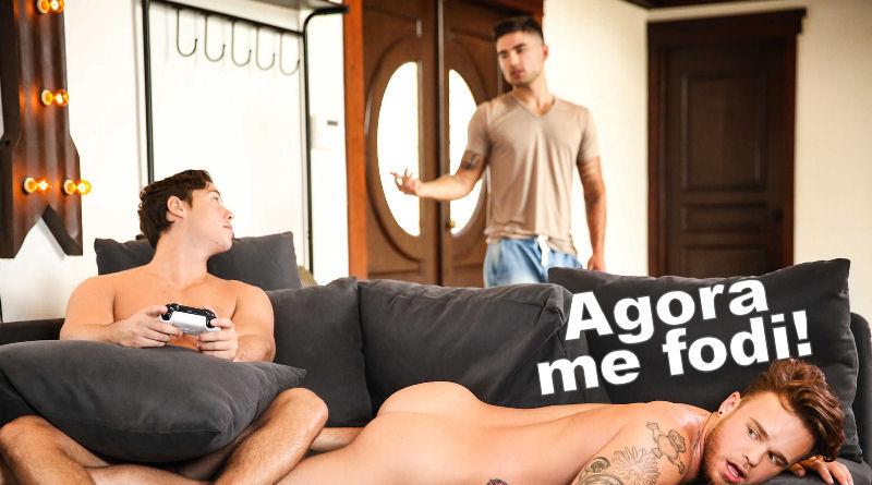 Peguei meu namorado com outro no sofá