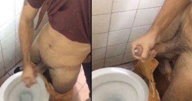 Punheta no banheiro da faculdade