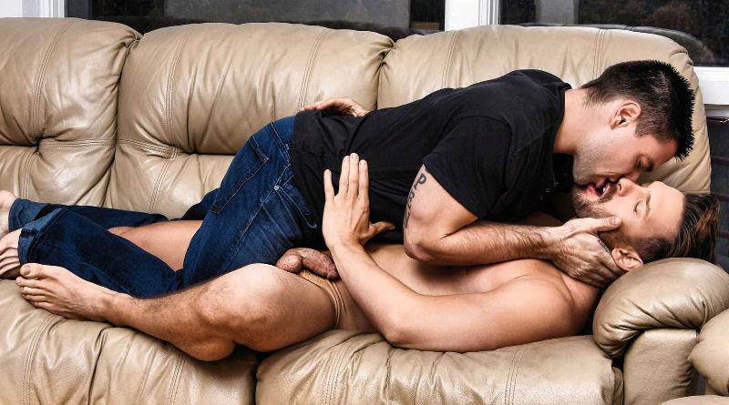 Aspen fode o Casey Jacks no sofá