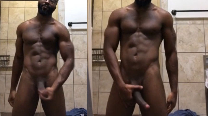 Negrão na punheta no banheiro
