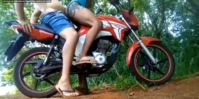 Fodeu com o motoqueiro no mato