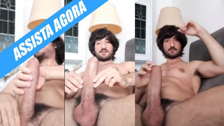 Bel Gris grava video pelado no sofá
