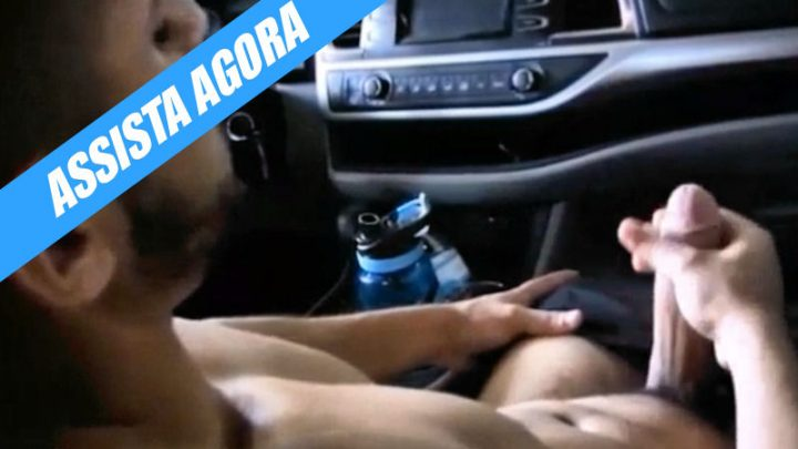 Tocando uma punha dentro do carro