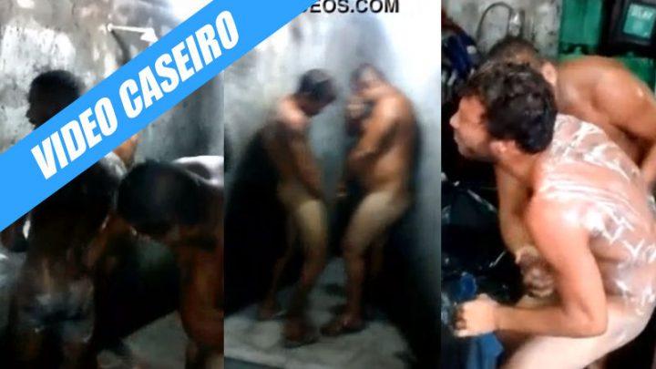 Mecânicos heteros tomando banho depois do trampo