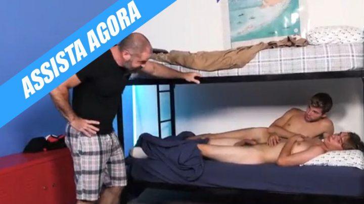 Pai flagra filho se pegando com o amigo