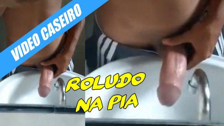 Roludo de São Paulo mostrando pica na pia
