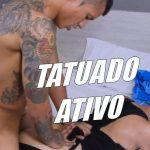 Ativão tatuado metendo a pica