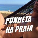 Loiro batendo punheta na praia
