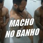 Macho tomando banho na academia