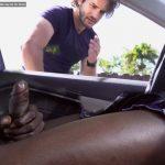 Dentro do carro, machos deixam safados darem uma espiadinha