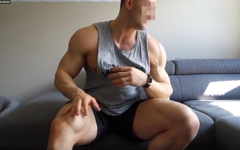 Gostosão fica pelado em casa!