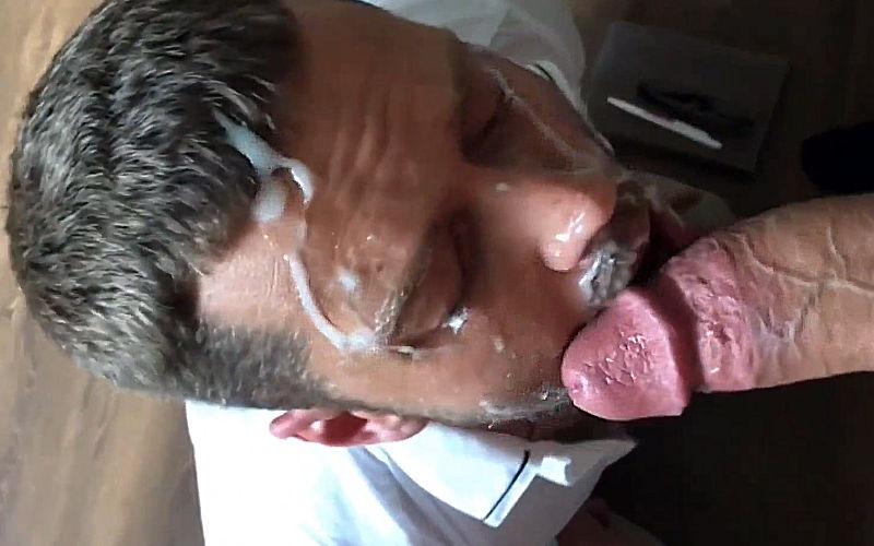 Chupou o chefe e levou porra na cara!