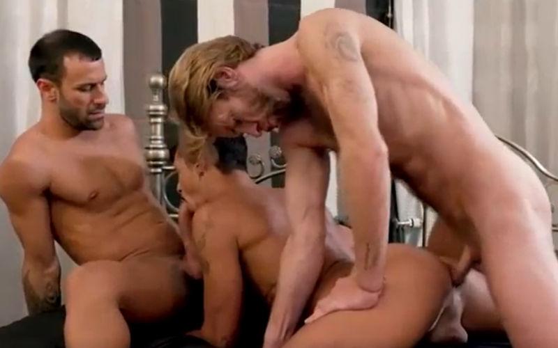 Dois machos dividindo um cuzinho guloso
