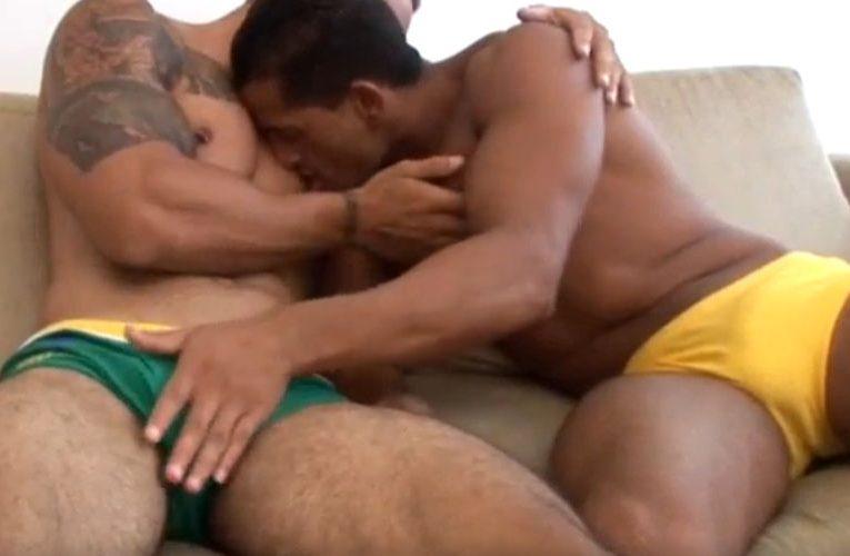 Fazendo o amigo hetero perder o cabaço
