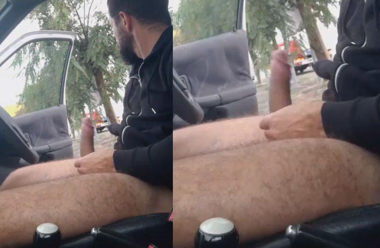 Batendo punheta dentro do carro